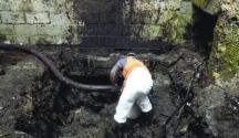 Técnicos-de-Falcondo-succionaban-ayer-fuel-oil-en-el-Valle-Encantado-de-Quinta-Sueño-Haina-652x450 (1)