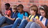 ninos con celulares