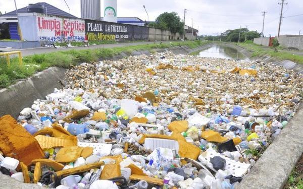 canal de riego con basura1