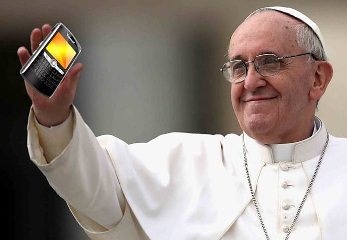 papa francisco con celular